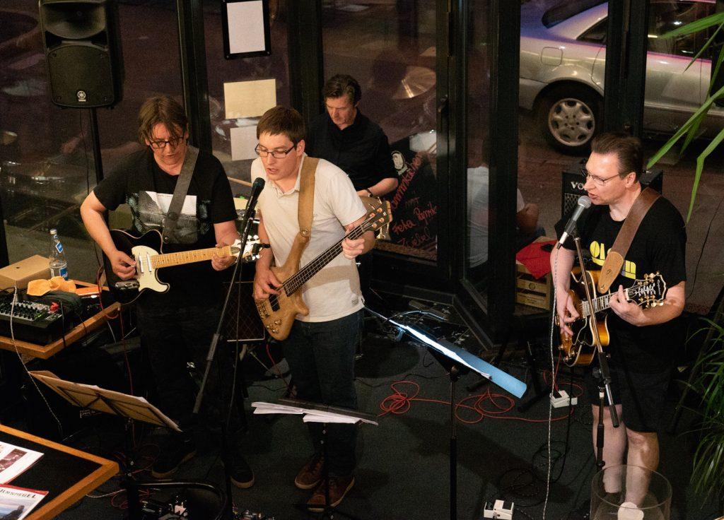 Bassist Jan Gaža (Mitte) spielt sich frei, Drummer Jürgen Langer konzentriert sich derweil auf sein fehlerfreies Spiel. Fotos: Laurin Auth