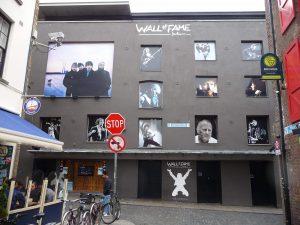 City of Dublin: Auch hier muss eine Wand für eine Liebeserklärung an die (irische) Musik herhalten. Foto: Grimm