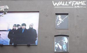 Haben vielleicht auch mal mit Hausmusik begonnen: U2, Rory Gallagher und Sinéad O'Connor auf der Wall of Fame in Dublin. Foto: Grimm