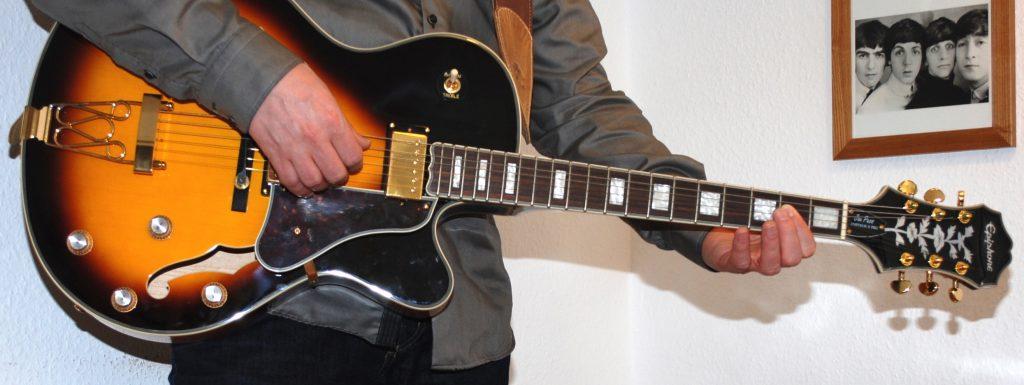 Neuer Song, gespielt auf neuer Gitarre.   Foto: Roland Grimm