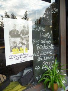 """Hingucker: Dieses """"Impro-Plakat"""" hing im Café Goethestraße."""