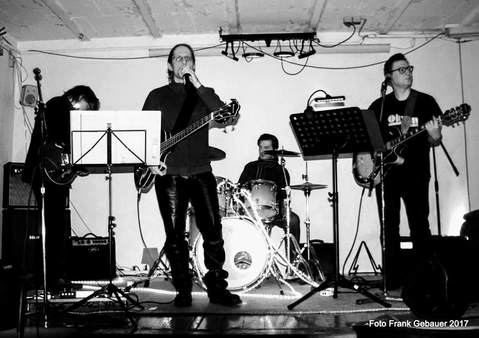 Live in Oberhausen am 1. Dezember: Oh Sun! sind (v.l.n.r.) Thomas Auth, Micha Grothues (mit Bierflasche, nicht mit Mikro), Jürgen Langer und Roland Grimm.