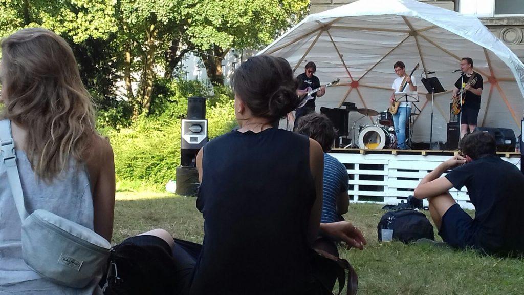 Gechillte Atmosphäre: Kunststudenten während des Oh-Sun!-Konzerts.