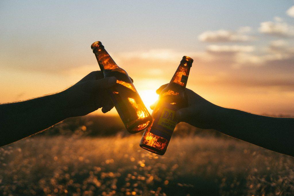 """""""Es gibt gute Gründe für noch mehr Bier und Wein – Kommt Freunde, lasst mich nicht allein"""". Foto: Pixabay"""