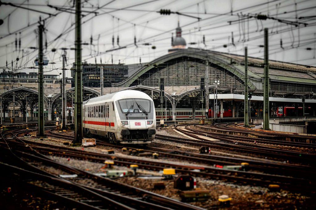 """""""Der Zug verlässt Köln, hat Fahrt aufgenommen ...""""   Foto: Pixabay"""